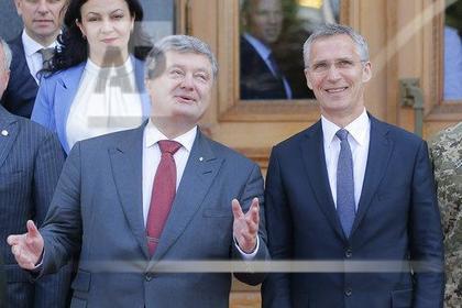 Президент Украины Петр Порошенко с генеральным секретарем НАТО Йенсом Столтенбергом