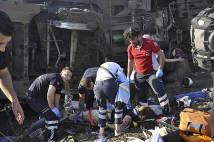 Десять человек погибли при сходе поезда с рельсов в Турции