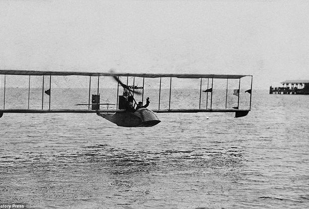 Первые пассажирские перевозки осуществлялись на летающих лодках и гидропланах, чтобы обеспечить хоть какую-то безопасность. В случае отказа двигателей у самолета был шанс приводниться. На фото Benoist Type XIV заходит на посадку в заливе Тампы. Именно эти выпущенные в 1914 году американские летающие лодки стали первыми самолетами, совершавшими регулярные пассажирские рейсы по маршруту Сент-Питерсберг — Тампа.