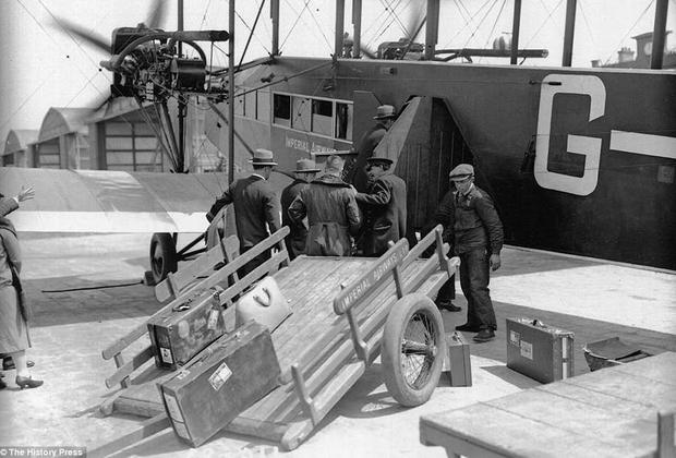 Handley Page Type W был одним из первых пассажирских самолетов, изначально разработанных для коммерческого, а не военного использования. Этот биплан с деревянным фюзеляжем мог брать на борт всего 12 пассажиров. Пилоты сидели в открытом кокпите, а пассажиры летели в закрытом комфортабельном салоне, в котором впервые в индустрии была оборудована туалетная комната.