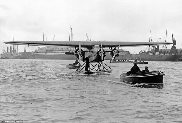 Голландский моноплан Fokker F.VII изначально задумывался как одномоторный самолет и пользовался ограниченным спросом. Но в 1920-е самолет получил три мотора Ford и стал главным хитом авиарынка. Его использовали 54 авиакомпании, а в США на F.VII Tri-motor осуществлялось 40 процентов пассажирских перевозок. На Fokker было установлено несколько рекордов: первый транстихоокеанский перелет из континентальных США на Гавайи и из США в Австралию.