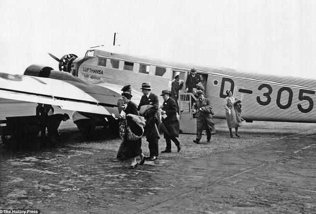 Junkers JU.52/3m — базовый самолет Lufthansa с начала его производства в 1932 году и до 1950-х. Отличительной чертой «Тетушки Ю», как прозвали самолет, был фюзеляж из гофрированного алюминия и трио звездообразных двигателей BMW132. Салон вмещал всего 17 пассажиров, а на рейс из нацистского Берлина в фашистский Рим Junkers тратил целых восемь часов.