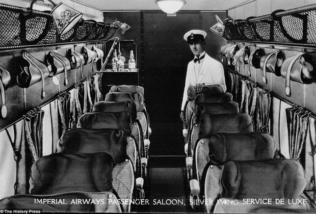В 1920-е и 1930-е годы полет на самолете могли себе позволить лишь представители элиты, поэтому салоны самолетов были оборудованы максимально роскошно: мягкие кресла с подушечками и подставками для ног, бархатные шторки на окнах и услужливый стюард, всегда готовый предложить что-нибудь покрепче.
