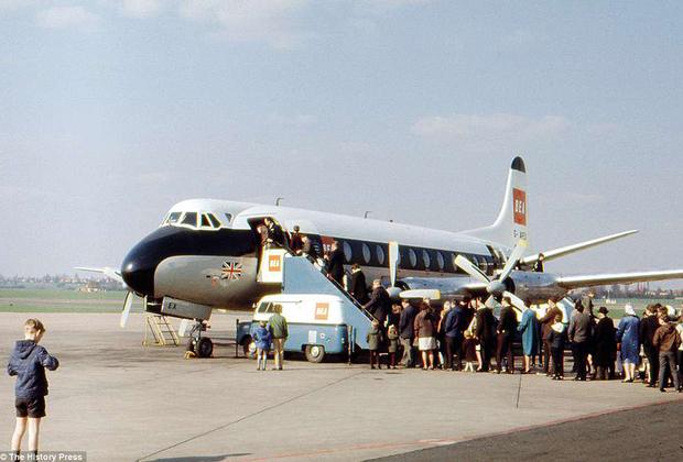 После войны поршневые самолеты почти сразу уступили место в небе реактивным и турбовинтовым самолетам. Первые использовались на дальних дистанциях, а роль ближне- и среднемагистральных взяли на себя самолеты с газовыми турбинами. Первым таким самолетом стал британский Vickers Viscount, выпускавшийся с 1948-го по 1963 годы. Viscount считается одним из самых коммерчески успешных британских самолетов в истории: свой первый рейс он совершил в 1953 году, а последний — в 2009 году.
