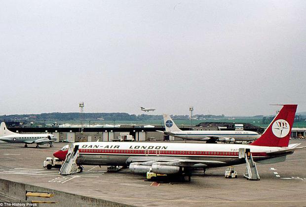 Boeing 707 был далеко не первым реактивным авиалайнером: его опередили британский de Havilland Comet, французский Sud Aviation Caravelle и Ту-104. Но именно 707-й стал первым по-настоящему успешным реактивным лайнером. Он разгонялся до 977 километров в час, дальность полета достигала 9 тысяч 300 километров, а на борт 707-й мог взять до 194 пассажиров. Самолет производился с 1957-го по 1979 годы, всего было выпущено 1010 лайнеров. Свой последний рейс Boeing 707 иранской авиакомпании Saha Airlines совершил в 2013 году.
