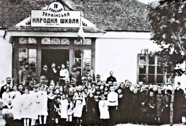 Украинизация школ всех типов, начиная от начальной до высшей, находящихся на территории, которую украинцы считают Украиной, составляла основную задачу украинских деятелей.