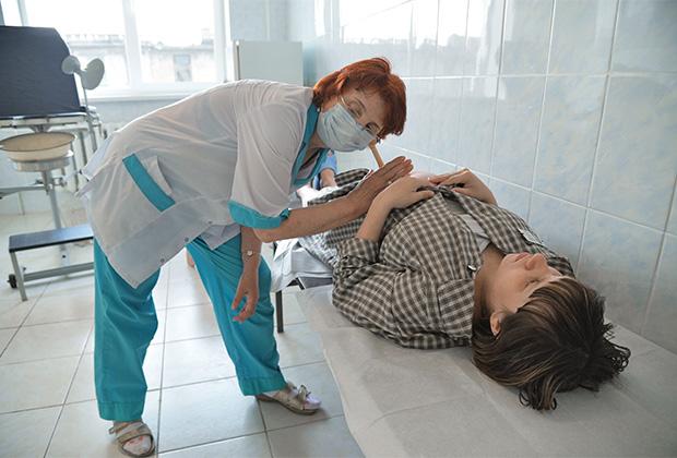 Заключенная исправительной женской колонии № 5 на приеме у врача в больнице в отделении акушерства дома ребенка на территории колонии.