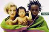 Еще одна реклама антирасистской направленности: в один плед (очевидно, марки United Colors of Benetton) завернуто целое семейство: белая женщина-блондинка с подругой африканской внешности и маленький ребенок — явно из Юго-Восточной Азии. В наши дни такой «набор» никого не удивляет, но в 1980-е и даже в 1990-е годы это был прорыв.