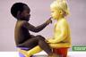 Третий антирасистский плакат изображает детей — белого и темнокожего — на горшках (идентичных, но разных цветов), дружелюбно общающихся доступным им способом. Азиатскому малышу, вероятно, не хватило горшка или места на снимке.