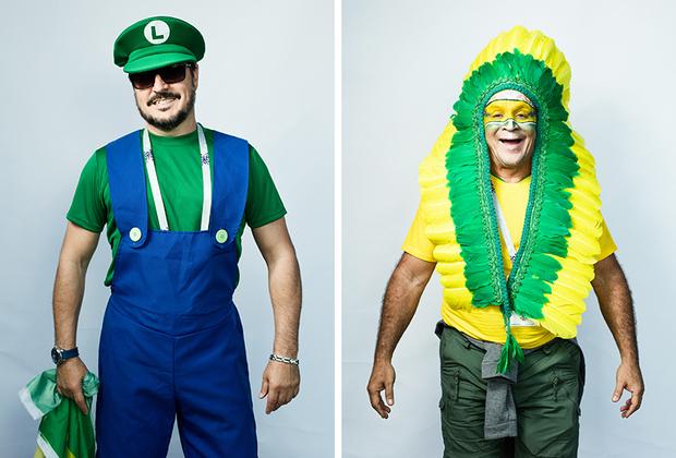 <i>Слева:</i> Марко из Бразилии. Приехал с друзьями, все оделись в костюмы Марио и Луиджи. <br> <br> <i>Справа:</i> Хосе Алимо, Бразилия. Предстал в типичном бразильском костюме — украшении из перьев.