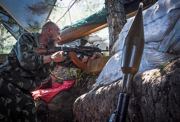 Ополченец ДНР на боевой позиции