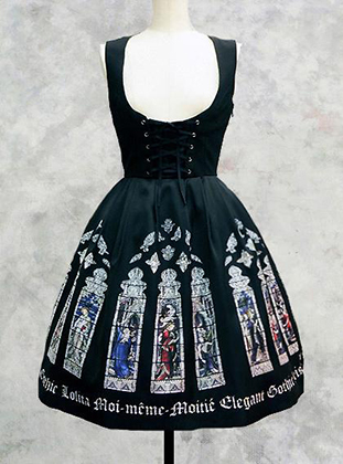 Типичное платье ГосуРори от Moi-meme-Moitie с принтом в виде готических витражей. Успех бренда японского музыканта и модельера Маны привел к появлению десятка компаний, специализирующихся на одежде для готических Лолит.
