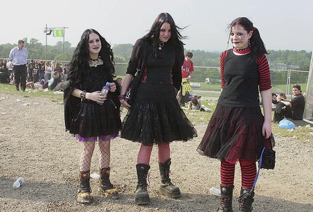 Одним из источников вдохновения для готов всегда были фильмы про смерть и потустороннее. Например, «Семейка Адамс». Фотография сделана во время музыкального фестиваля в Доннингтоне, Великобритания, в 2003 году.