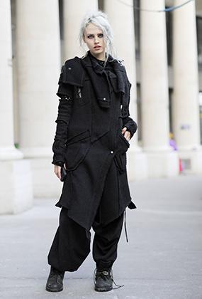 Готическая эстетика вдохновляет и столь далеких от субкультуры людей, как Шарлотта Фри. Модель выбрала total-black и готический макияж во время Парижской недели мужской моды в январе 2015 года.