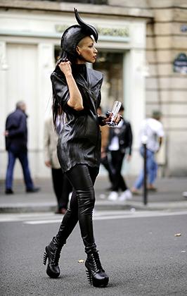 Известная тусовщица и блогер доминиканка Лили Гатинс просто обожает черный цвет и регулярно поражает всех необычными костюмами. На Парижскую неделю моды в сентябре 2014 года она пришла в образе ведьмы Малефисенты.