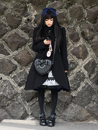 Типичная готическая Лолита, снятая в Мекке японских неформалов —токийском районе Харадзюку.