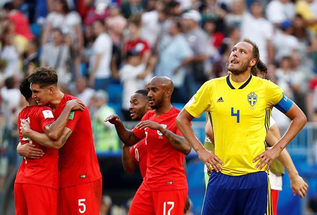 Игроки сборной Англии празднуют победу над шведами