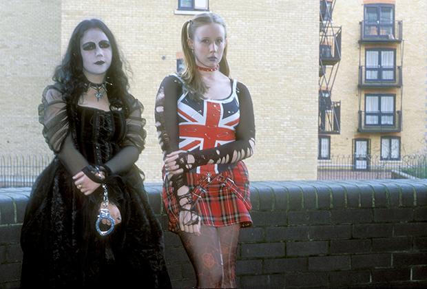 Иногда любовь в музыке объединяет представителей разных субкультур. Эти девушки-подростки вместе пришли на концерт Slipknot в Лондоне, несмотря на то, что одна из них гот, а другая — панк.