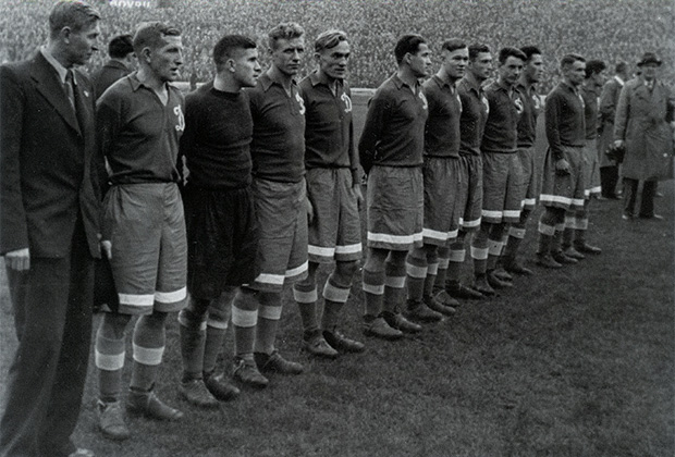 13 ноября 1945 года. Лондон, стадион «Стэмфорд Бридж». Динамовцы Москвы перед игрой с «Челси»