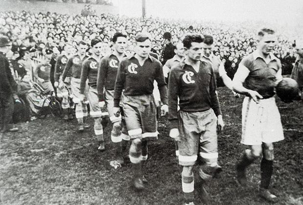 17 ноября 1945 года. Кардифф, стадион «Ниньен Парк». Динамовцы выходят на игру против «Кардифф Сити»