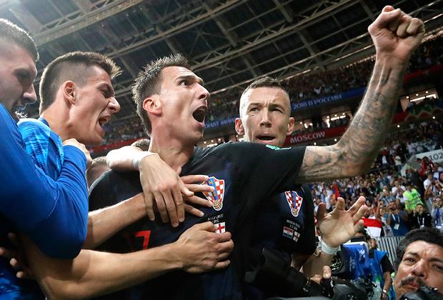 Гол Марио Манджукича вывел Хорватию в исторический финал чемпионата мира. Форвард отметился во втором дополнительном тайме матча с англичанами и на радостях снес фотографа. Впрочем, никто не пострадал.