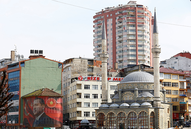 A huge portrait of Turkish President Tayyip Erdogan surrounds a building in Rize on the Black Sea coast, Turkey, April 3, 2017. Picture taken April 3, 2017.