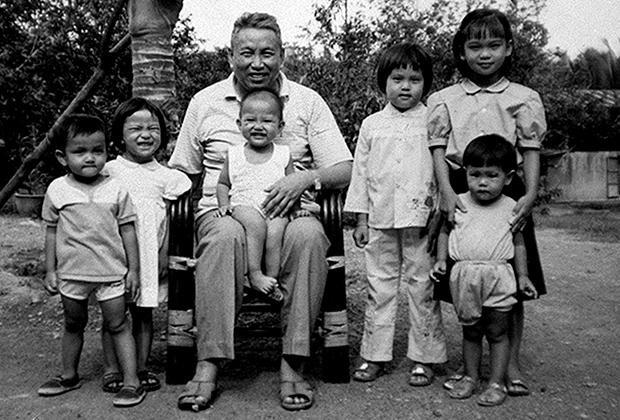Пол Пот с внуками, 1975 год