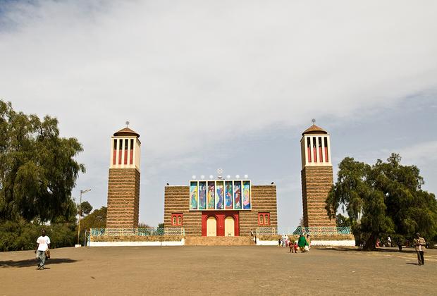 Более половины населения Асмэры — последователи Эритрейской православной церкви. Несмотря на свое название церковь является не православной, а монофизитской. Главным храмом для эритрейских монофизитов является построенный в стиле эклектики собор Энда Мариам — святой девы Марии.