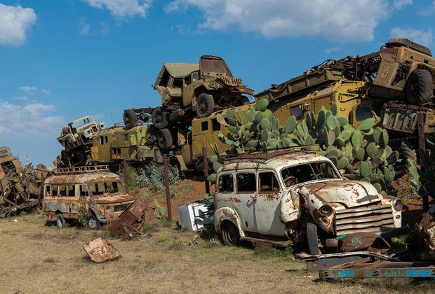Автомобильная свалка в Асмэре — настоящий музей. Малолитражки Fiat и внедорожники Land Rover соседствуют тут с китайскими военными внедорожниками и советскими грузовиками. Хватает и военной техники: от систем залпового огня «Град» до танков Т-72. Словом, есть на что посмотреть.