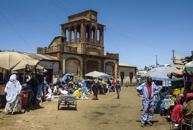 Центр жизни в Асмэре — рынок Медебара. Здесь можно найти товары со всей Африки и Ближнего Востока, а также купить поделки местных жителей. В нищей Эритрее ничего не выбрасывают: из шин делают сандалии, из жестяных банок — кофейники, а из листов железа — ведра. Входная группа рынка также была построена в колониальный период.