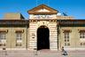 Здание центральной почты Асмэры было построено в 1915 — 1916 годах. Долгое время в нем располагался верховный суд итальянской Эритреи. Суд занимал два здания, расположенных рядом друг с другом.