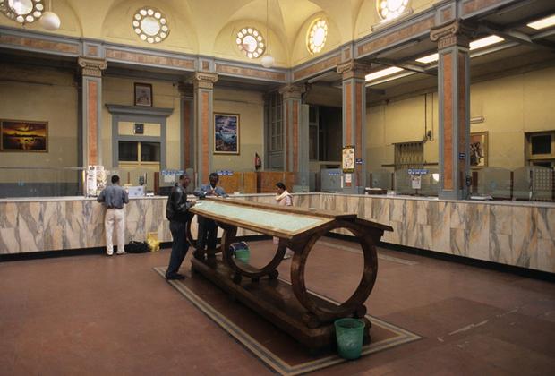 Роскошные интерьеры центральной почты напоминают о былом величии. Сейчас здания находятся в аварийном состоянии, о чем постоянно говорят защитники исторического наследия. Их стараниями в июле 2017 года Асмэра была включена в Список объектов Всемирного наследия.