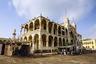 Прибрежный город Массауа —второй по значимости в Эритрее. Город особенно сильно пострадал во время войны с Эфиопией. Спустя 18 лет, прошедших с окончания боевых действий, многие красивейшие здания до сих пор стоят в запустении. Разрушен был и дворец Хайле Селассие, и здание банка Италии (на фото).