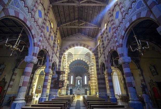 Большинство итальянцев уехало после захвата города англичанами в 1941 году или после присоединения Эритреи к Эфиопии в 1952 году. Сейчас доля католиков в городе не превышает 15 процентов, поэтому местное архиепископство было упразднено. Тем не менее церковь девы Марии по-прежнему называют собором.