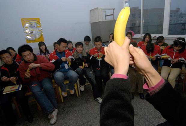 Китайским школьникам показывают, как правильно использовать презерватив