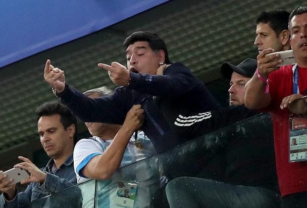 Диего Марадона — главная звезда Аргентины на этом чемпионате мира. Он был на каждом матче своей команды и каждый раз давал повод задуматься над вопросом: Марадона — вообще нормальный человек? Он дал столько поводов говорить о себе, что даже самые яростные поклонники его таланта немного подустали. Говорят, что поведением аргентинца были недовольны даже чиновники ФИФА, которые, собственно, и позвали его на чемпионат мира и оплатили все, чего ему хотелось. Ладно, зато наблюдать за Марадоной было куда интереснее, чем за сборной, которая играла в безликий футбол.