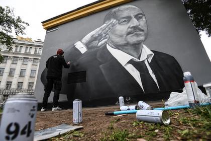 Вандалы снова испортили граффити с Черчесовым в Петербурге