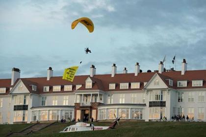 ВШотландии задержали пролетевшего над головой уТрампа парапланериста