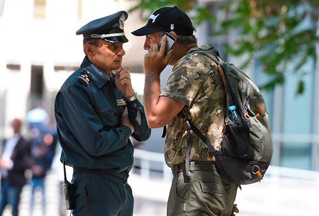 Заместитель начальника полиции Еревана Валерий Осипян (слева) и Никол Пашинян во время акций протеста в Ереване