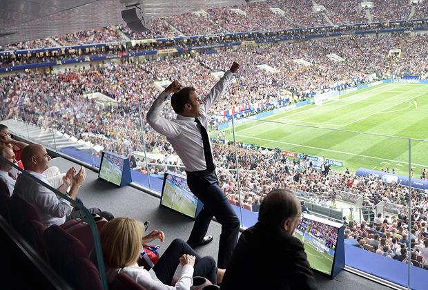Пока еще сухой президент Франции яростно отмечал голы команды в финале с Хорватией — это фото в соцсетях обсуждали крайне активно. Уже потом он спустился на поле, которое залил московский дождь, и по очереди обнял каждого, кто сделал эту победу возможной. Франция — чемпион мира!