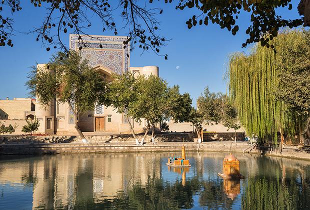 Площадь Ляби-хауз образована расположенными вокруг бассейна с водой медресе Кукельдаш, медресе и ханакой (суфийской обителью) Диван-Беги.
