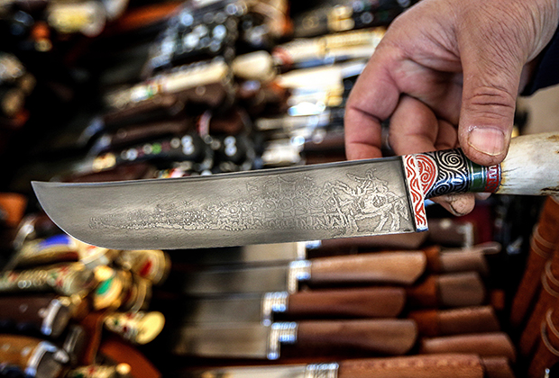 Холодное оружие в Узбекистане, как и во всем исламском мире, пользуется особым почетом. На одном из базаров Ташкента.