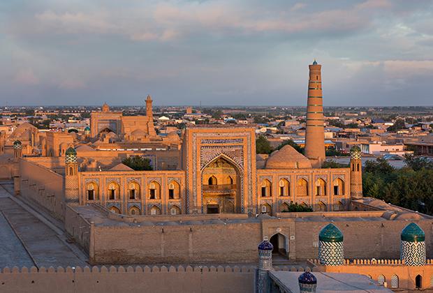 Вид исторического центра Хивы на закате.