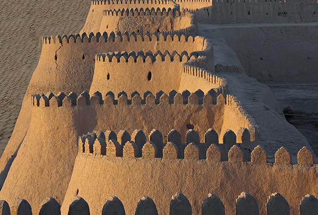 Крепостные стены Хивы, являющиеся, как и весь центр города, объектом культурного наследия ЮНЕСКО.