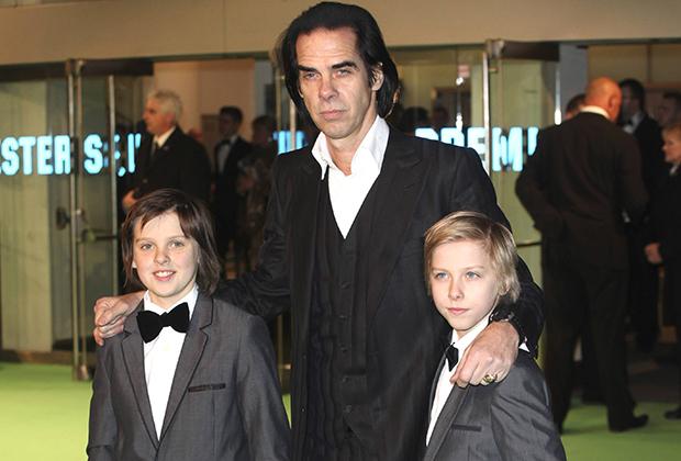Ник Кейв с сыновьями Артуром (слева) и Эрлом на премьере фильма «Хоббит» в Лондоне. Декабрь 2012 года