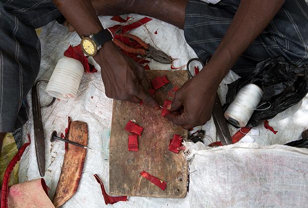 Знахарь из Майдугури делает амулеты для ополченцев