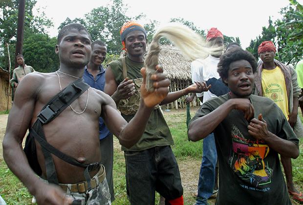 Последователи бывшего президета Либерии демонстрируют джуджу, 2003 год