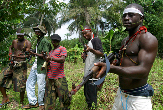 Бойцы народа иджо с  оберегами на шее, 2004 год