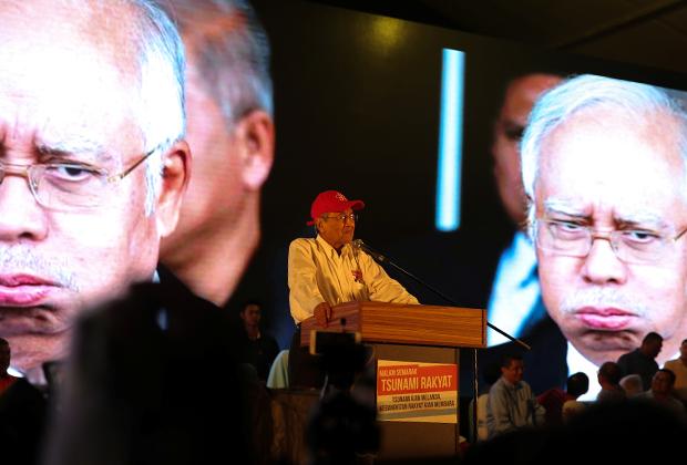 Выступление Махатхира на фоне изображений опального Наджиба Разака