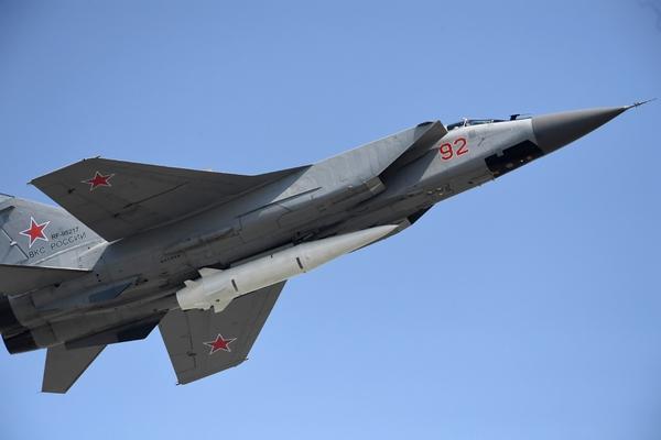 Истребитель МиГ-31 с гиперзвуковой ракетой «Кинжал»